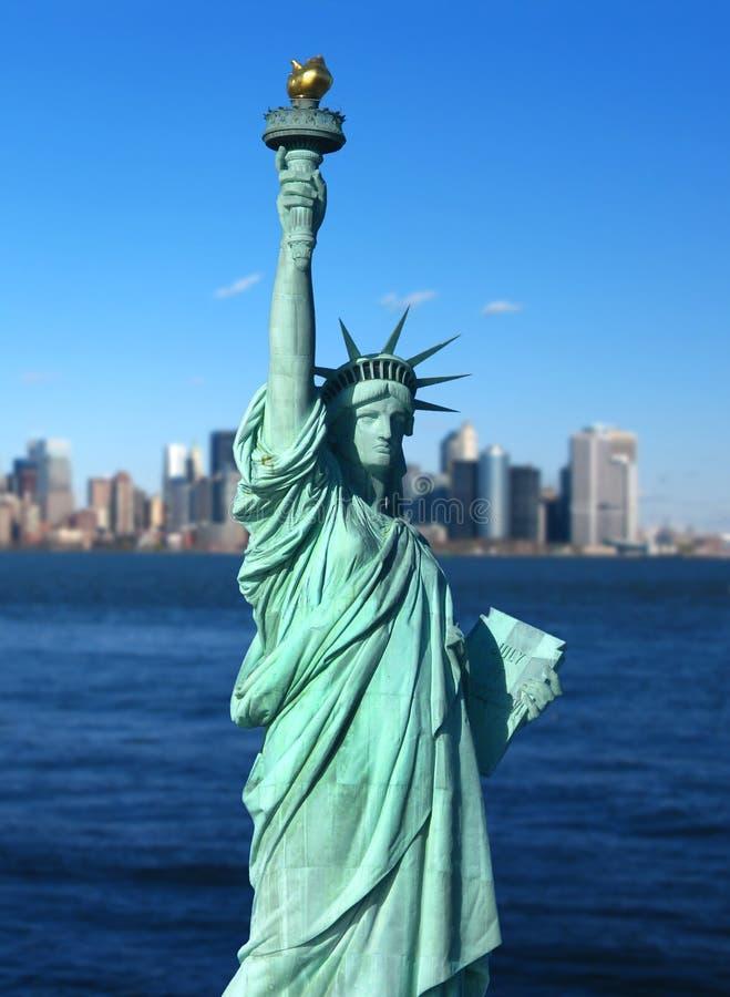 New York: Статуя горизонта вольности и Манхаттан стоковое изображение rf