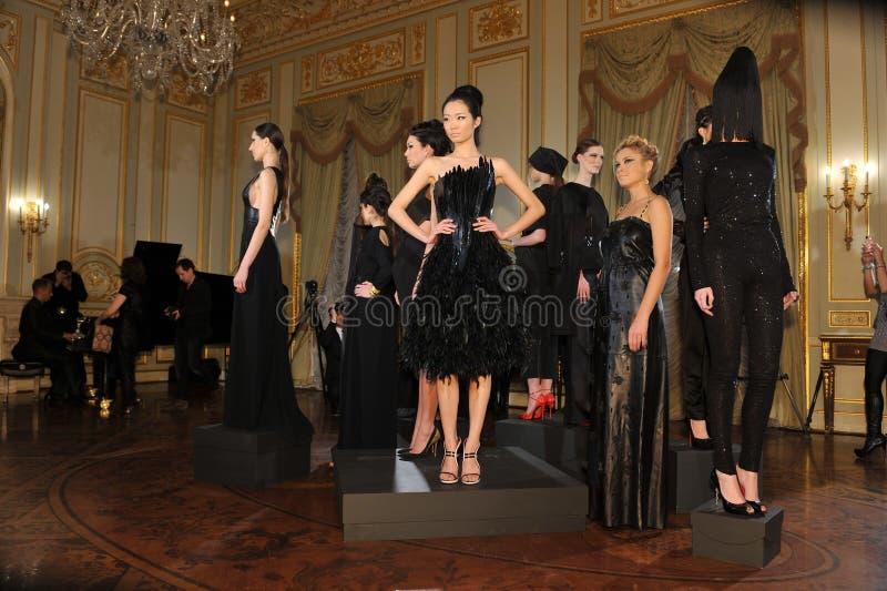 NEW YORK - 6. FEBRUAR: Baumuster wirft an der statischen Darstellung für russische Modeindustrie-Aufnahme F/W 2013 in Generalkonsu stockfoto