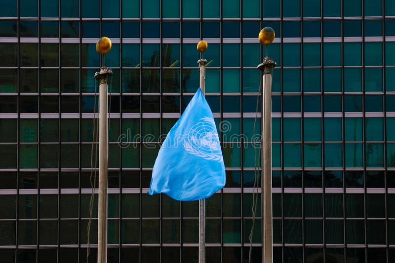 NEW YORK - 25 AOÛT 2018 : Drapeau aux sièges sociaux d'ONU à New York images libres de droits