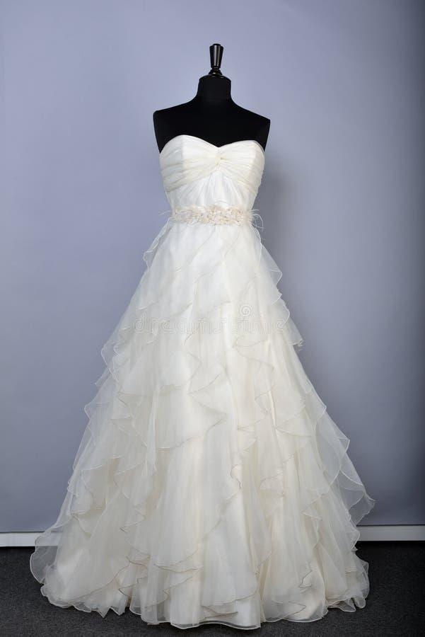 NEW YORK - 22. APRIL: Hochzeitskleid auf Mannequins für Anne Barge-Brautdarstellung stockfoto