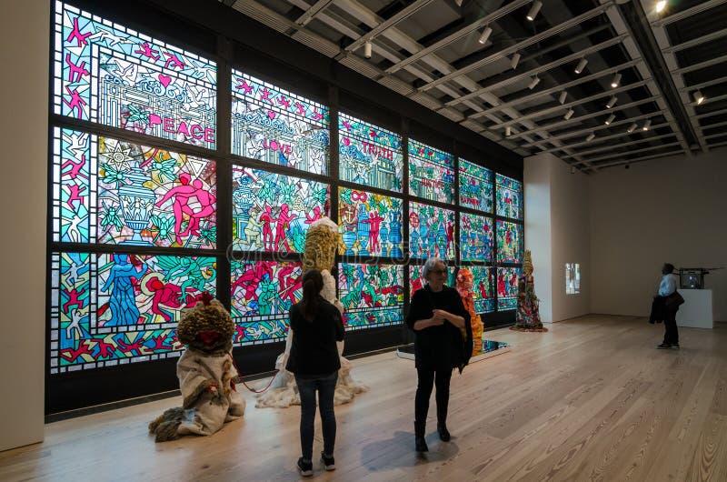 New York - April vijfde 2017: Toeristen die binnen Whitney Museum van Amerikaans art. lopen royalty-vrije stock fotografie