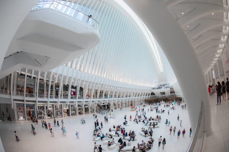 NEW YORK - Augusti 2018: Inre Oculus shoppinggalleria Westfield under upptagen dag, World Trade Centertrans.nav in royaltyfri foto