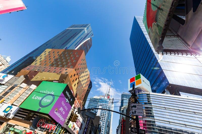NEW YORK - AUGUSTI 22: Sikt till den 8th Aven från W42nd-gatan i Ne arkivfoton
