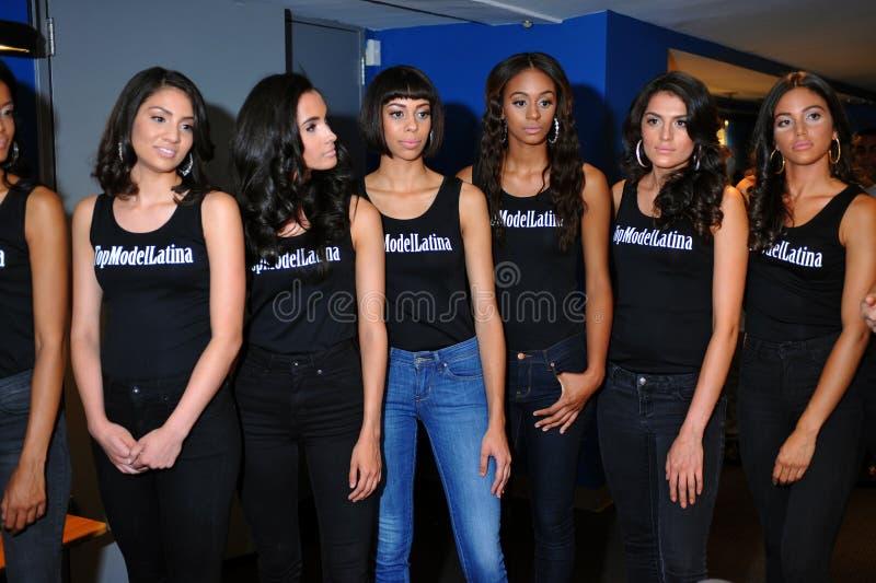 NEW YORK - AUGUSTUS 08: De coulisse van de modellenopstelling met rechters vóór de wedstrijd van Top Model Latina 2014 royalty-vrije stock afbeelding