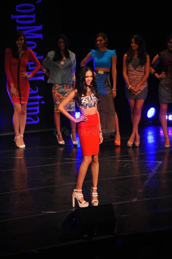 NEW YORK - AUGUSTUS 08: De modellen concurreren op stadium in Top Model Latina 2014 royalty-vrije stock afbeelding