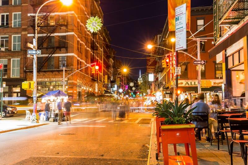 NEW YORK - AUGUSTUS 22: Mening aan de Moerbeiboomstraat bij nacht in Ne stock afbeelding