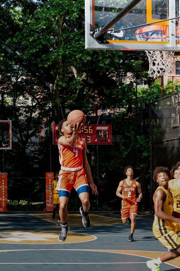 New York - basket-ball de rue aux 4èmes cours de rue d'ouest photographie stock