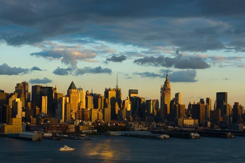 New York bij schemer stock afbeeldingen