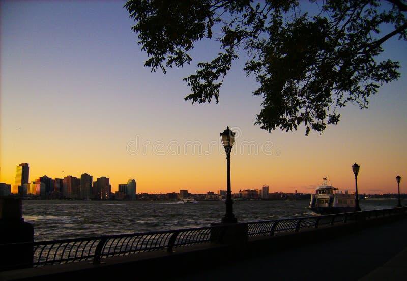 New York bij zonsondergangmening aan de baai stock afbeeldingen
