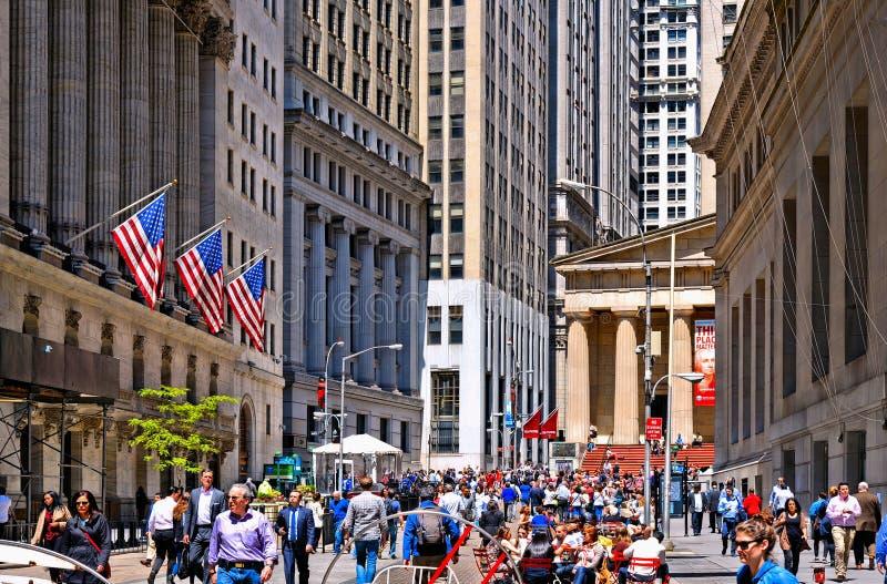New York, a bolsa de valores de Wall Street com colunas clássicas e as bandeiras velhas do arquitetura e as coloridas de Estados  imagem de stock