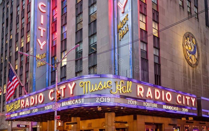 New York, Broadway-straten bij nacht Radiostadsingang, kleurrijke neonlichten royalty-vrije stock afbeeldingen