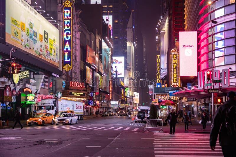 New York, Broadway-straten bij nacht Verlichte hoge gebouwen, het kleurrijke neonlichten, advertenties en mensen lopen stock afbeelding