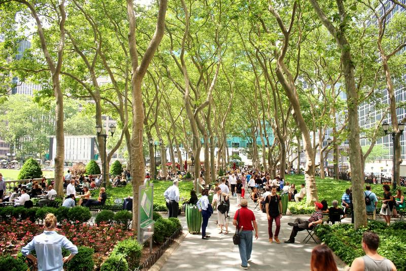 New York Bryant Park - 19 giugno 2017 - la gente che cammina e che si rilassa in Bryant Park immagini stock libere da diritti