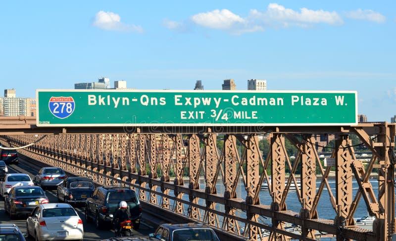 NEW YORK CICars, das auf die Brooklyn-Brücke von Manhattan nach Brooklyn beschleunigt lizenzfreie stockfotografie