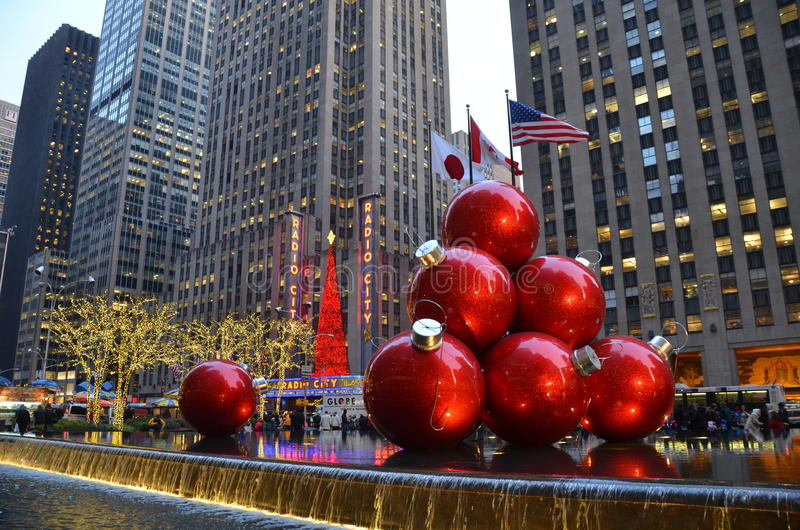 New york cigiant christmas ornaments in midtown manhattan for Immagini new york a natale