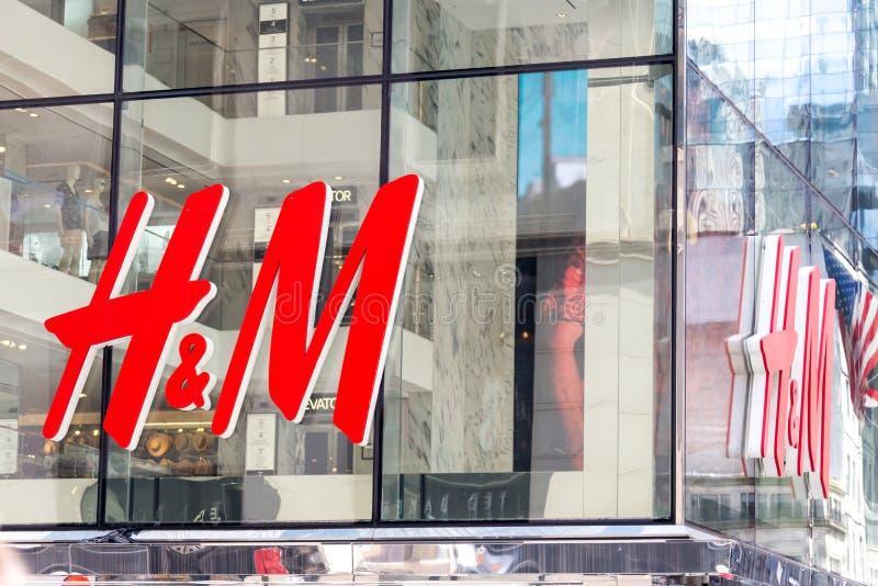 NEW YORK - CIRCA IM MÄRZ 2016: naher hoher Schuss von h- und m-Logo H und M Hennes und Mauritz AB ist ein schwedisches multinatio lizenzfreie stockfotos