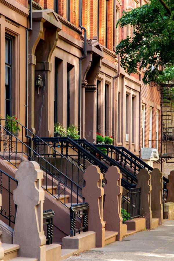 New York, città/U.S.A. - 10 luglio 2018: Vecchie costruzioni dei provinciali Stree fotografie stock libere da diritti