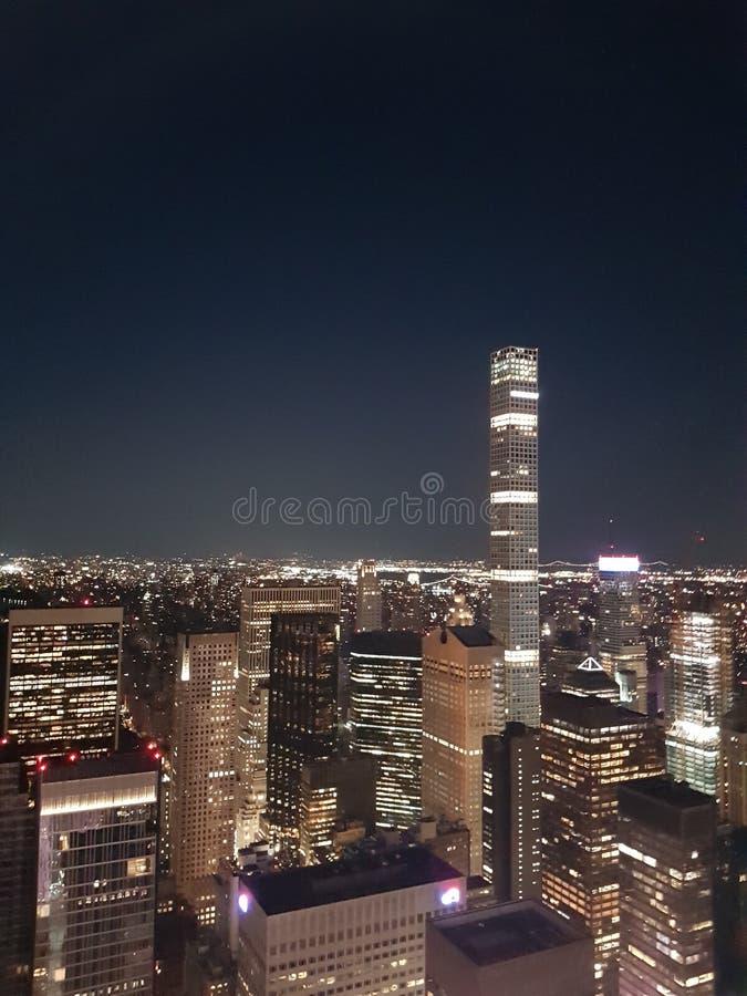New York City am Abend vom Rockefeller Zentrum aus gesehen lizenzfreies stockbild