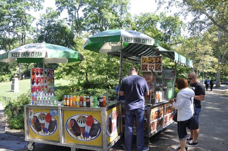 New York City, am 2. August: Lebensmittel-Stall nahe Central Park von Manhattan in New York lizenzfreie stockfotos