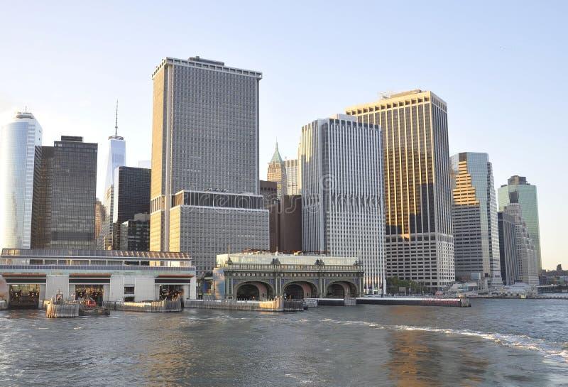 New York City Augusti 3rd: Staten Island Ferry Terminal från lägre Manhattan i New York City royaltyfri bild