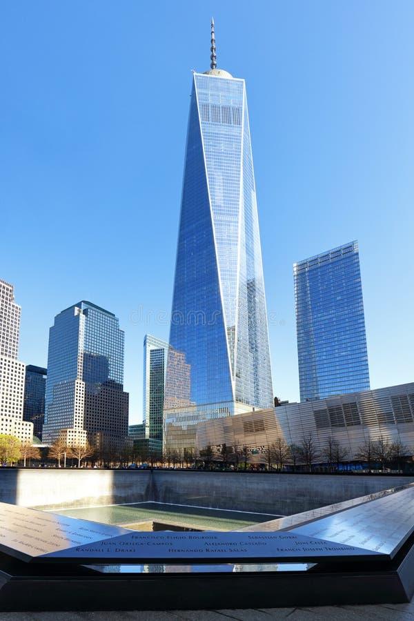NEW YORK CITY - 17 AVRIL : Le mémorial de NYC 9/11 au CEN de commerce mondial image stock