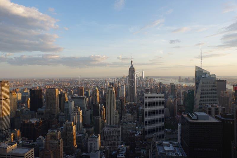 New York City bei dem Sonnenuntergang genommen von der Spitze des Felsens lizenzfreie stockbilder