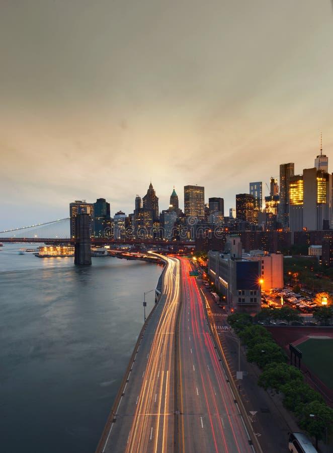 New York City bei Sonnenuntergang mit Brooklyn-Brücke, USA lizenzfreie stockfotografie