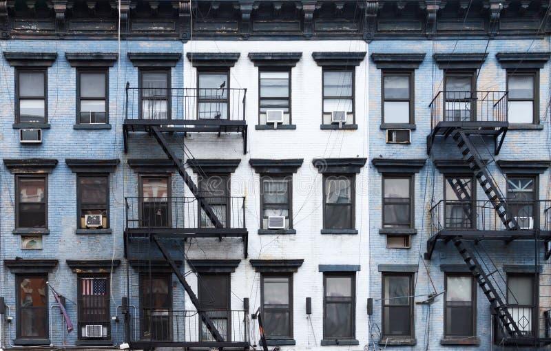 New York City blåa och vita tegelstenhyreshusar royaltyfria foton