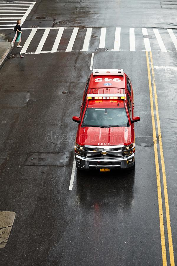 New York City brandstationperson med paramedicinsk utbildning Fly Car på en gata av Manhattan arkivbild