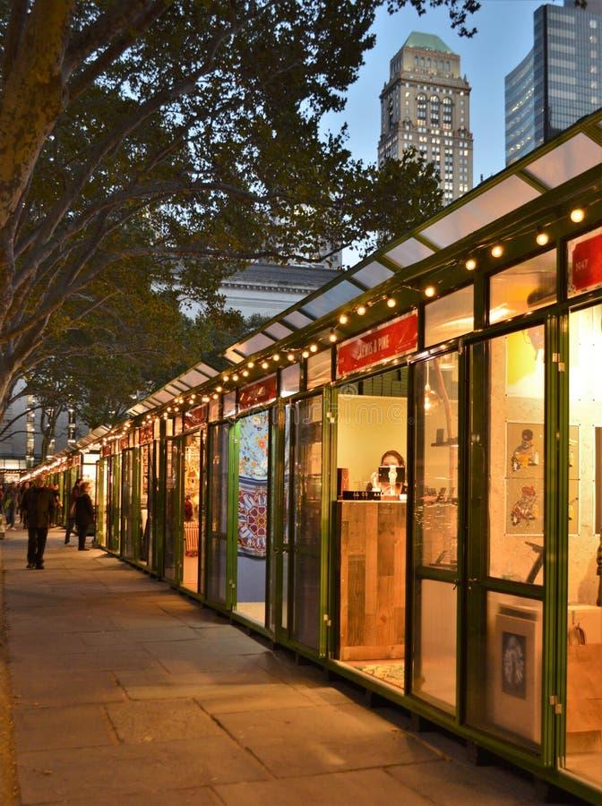 New York City Bryant Park Holiday Lights Shops stocke le temps de Noël images stock