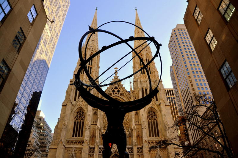 New York City: A catedral de St Patrick e a estátua do atlas foto de stock royalty free