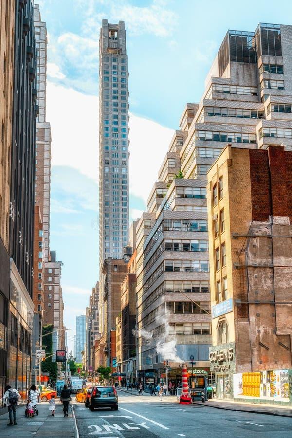 New York City, cena da rua e prédios de apartamentos do Midtown Manhattan em Sunny Daylight fotografia de stock royalty free