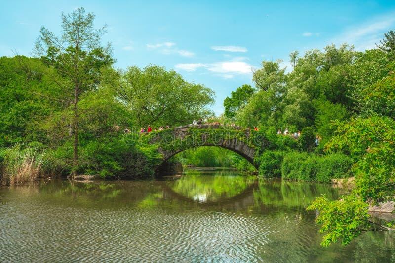 New York City Central Park Der Teich und die Gapstow-Brücke stockbilder
