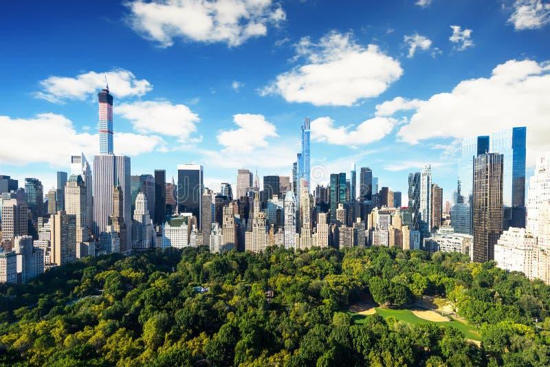 New- York City - Central- Parkansicht nach Manhattan mit Park am sonnigen Tag - erstaunliche Vogelansicht stockbild