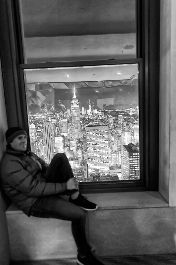 NEW YORK CITY - 7 DÉCEMBRE 2018 : Les touristes apprécient l'horizon aérien de New York City au coucher du soleil New York attire photos stock