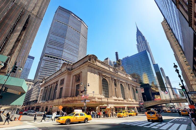 NEW YORK CITY - 14 DE ABRIL DE 2016: Precipitación de peatones fuera del hist foto de archivo