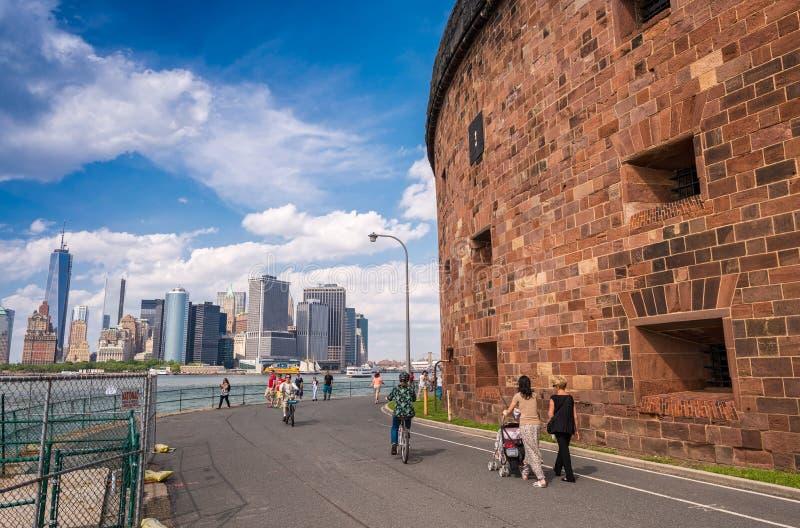 NEW YORK CITY - 9 DE JUNHO DE 2013: Os turistas apreciam a skyline f de Manhattan foto de stock royalty free