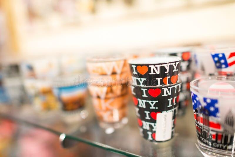 NEW YORK CITY - 13 DE JUNHO: Lembranças pintadas dos vidros em uma loja de lembranças imagens de stock
