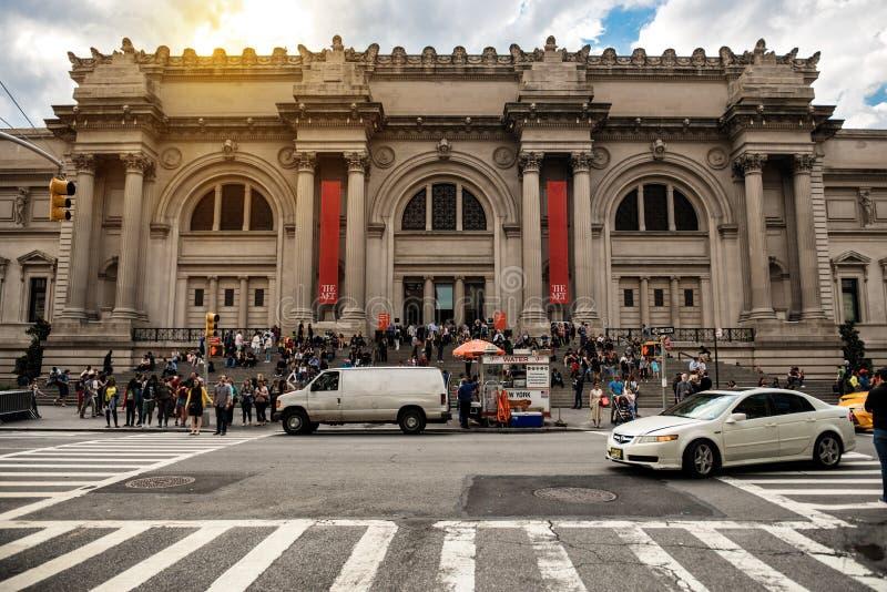 NEW YORK CITY - 14 DE MAIO: Museu de arte metropolitano em New York City o 14 de maio de 2016 MET é um marco de NYC que e seja o  fotografia de stock