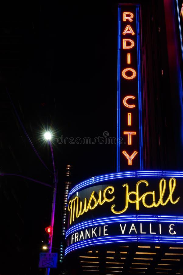 NEW YORK CITY - 2 DE SETEMBRO DE 2018: Vista do auditório de rádio da cidade em Manhattan na noite com Frankie Valli no famoso imagem de stock royalty free