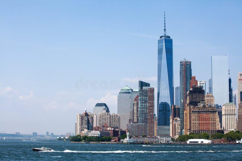 New York City an den Lower Manhattan-Wolkenkratzern und an einem World Trade Center stockbild