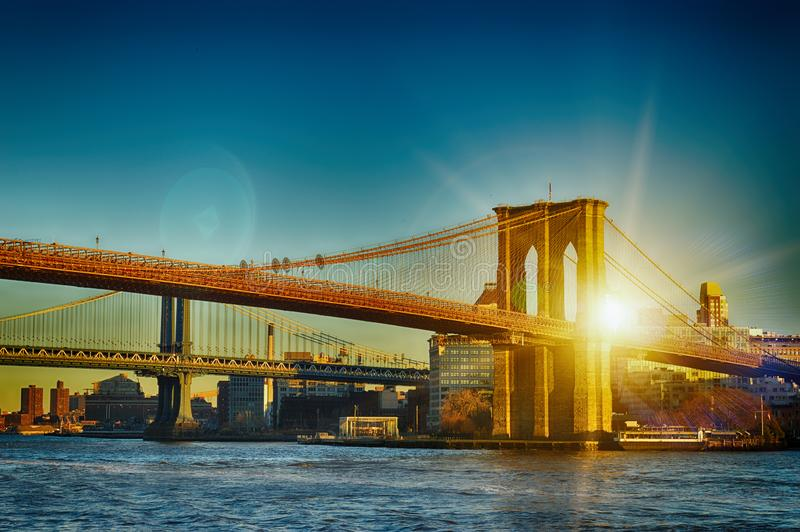 New York City - dos puentes en la puesta del sol imagen de archivo
