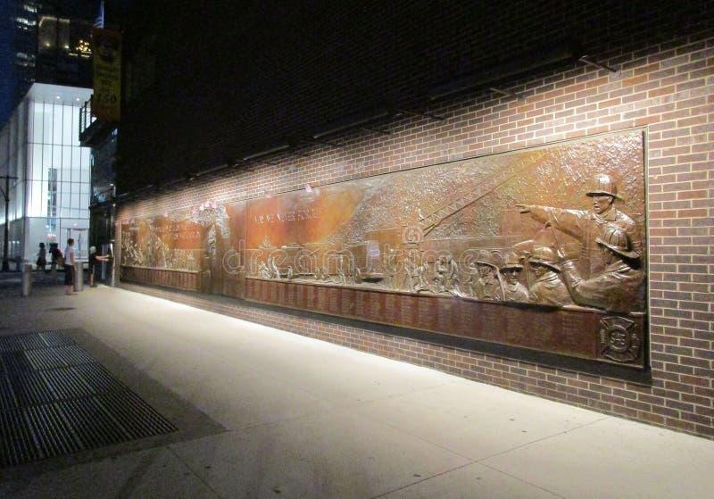 New York City, el 4 de agosto: Pared conmemorativa en FDNY por noche en Manhattan de New York City foto de archivo libre de regalías
