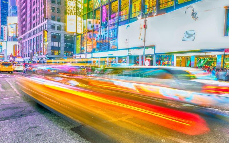 NEW YORK CITY - EM JUNHO DE 2013: O táxi amarelo acelera no Times Square fotografia de stock royalty free