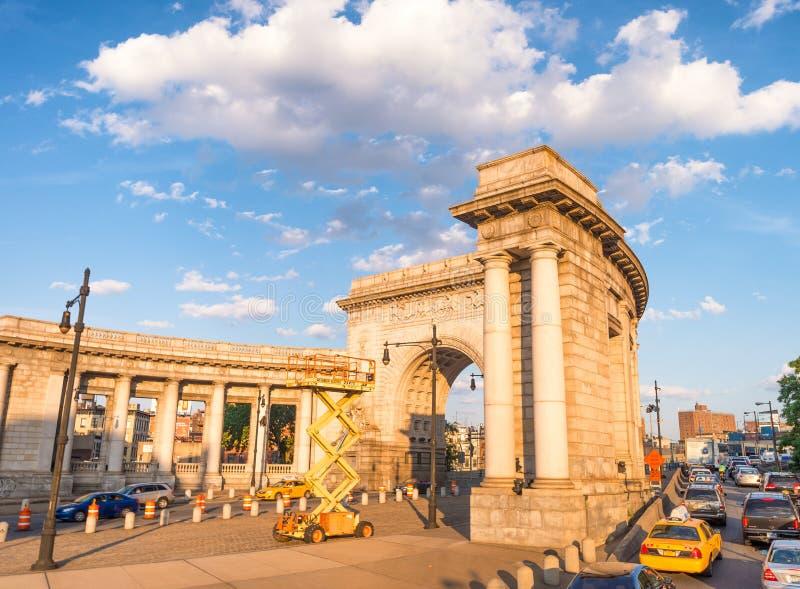 NEW YORK CITY - EM JUNHO DE 2013: Tráfego na entrada de Manhattan fotografia de stock royalty free