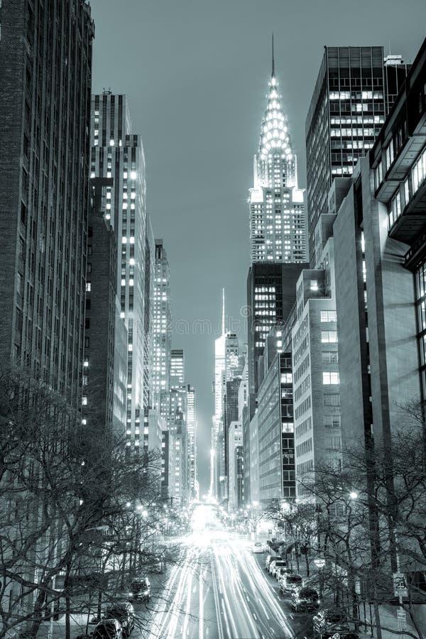 New York City en la noche - 42.a calle con tráfico, negro y wh foto de archivo