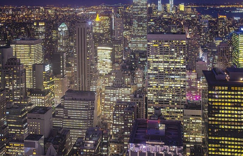 New York City en la noche Silueta del hombre de negocios Cowering Imagen de HDR fotos de archivo