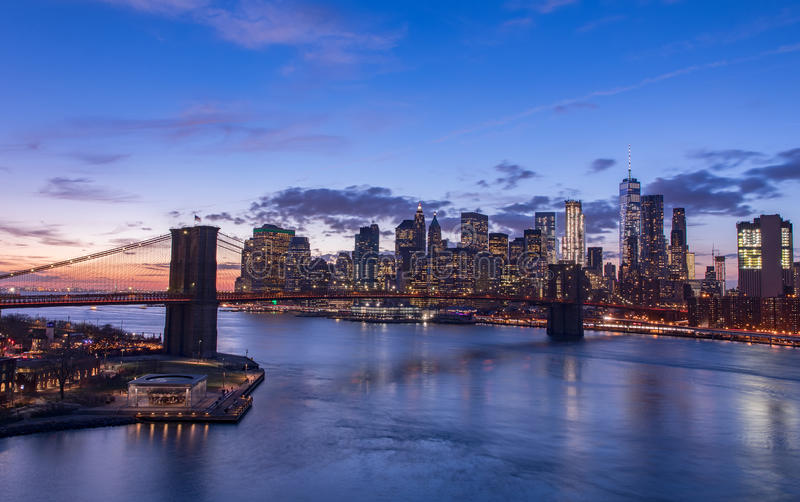 New York City en la puesta del sol imagenes de archivo