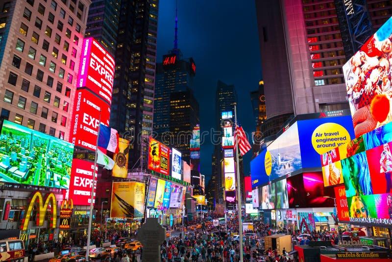New York City, Estados Unidos - 3 de novembro de 2017: Opinião da noite de quadros de avisos iluminados no quadrado das fachadas  imagem de stock