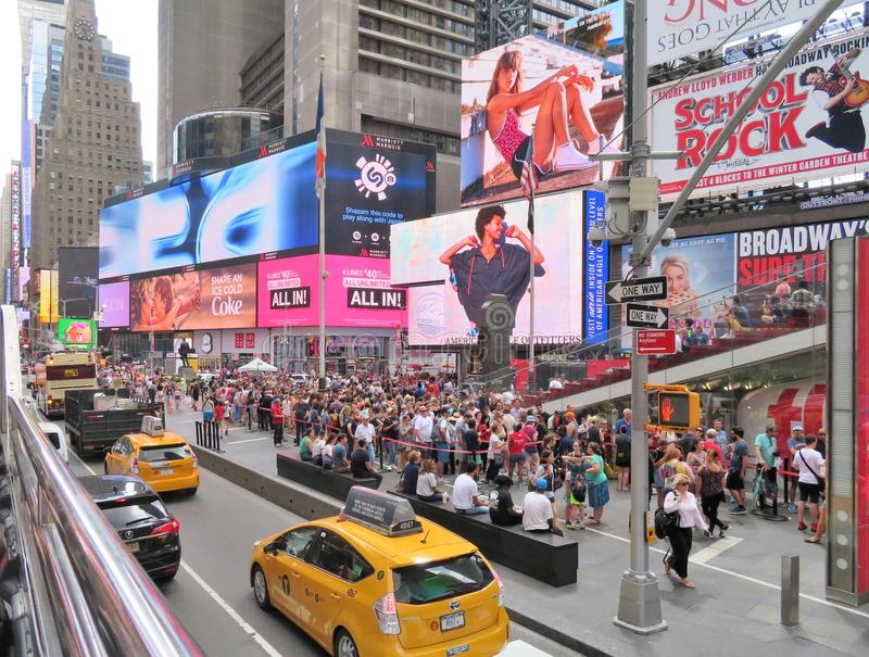 New York City, Etats-Unis, le 19 juin 2017 foules des personnes dans N Y attendant dans la ligne pour obtenir des billets à Broad image stock